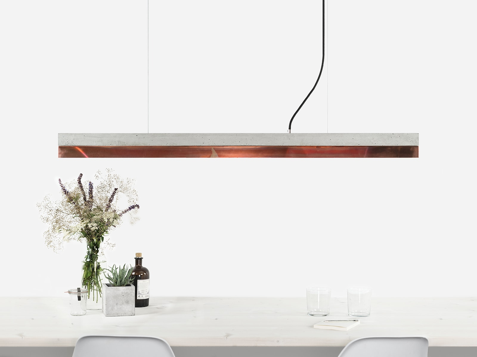 090916 C1 Beton hell Kupfer angelaufen Lampe ansicht ueber Tisch