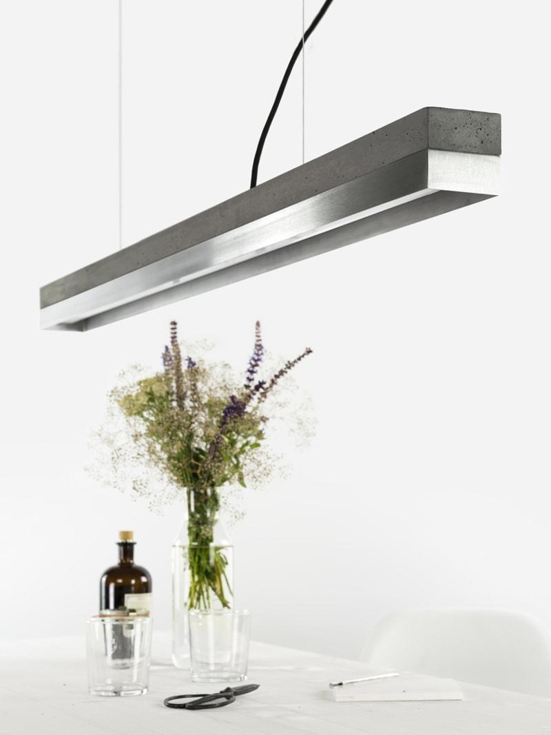 140916 C1 Beton dunkel Edelstahl Lampe ueber Tisch