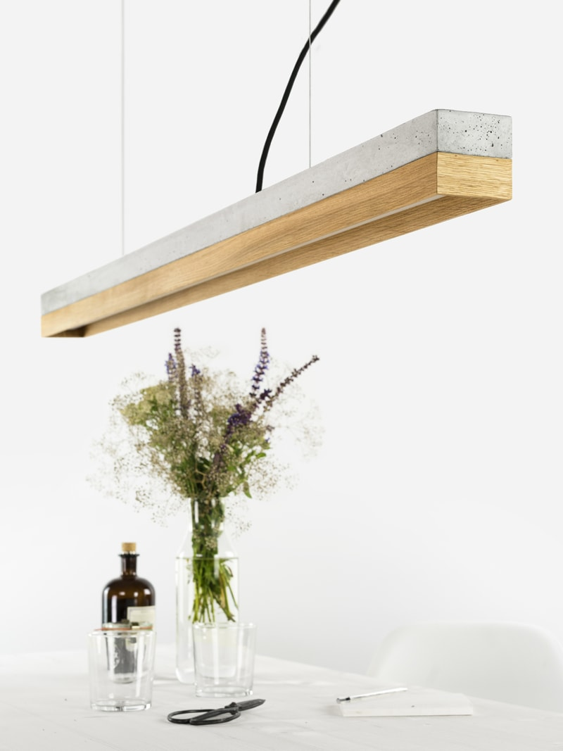 140916 C1 Beton hell Eichenholz Lampe ueber Tisch