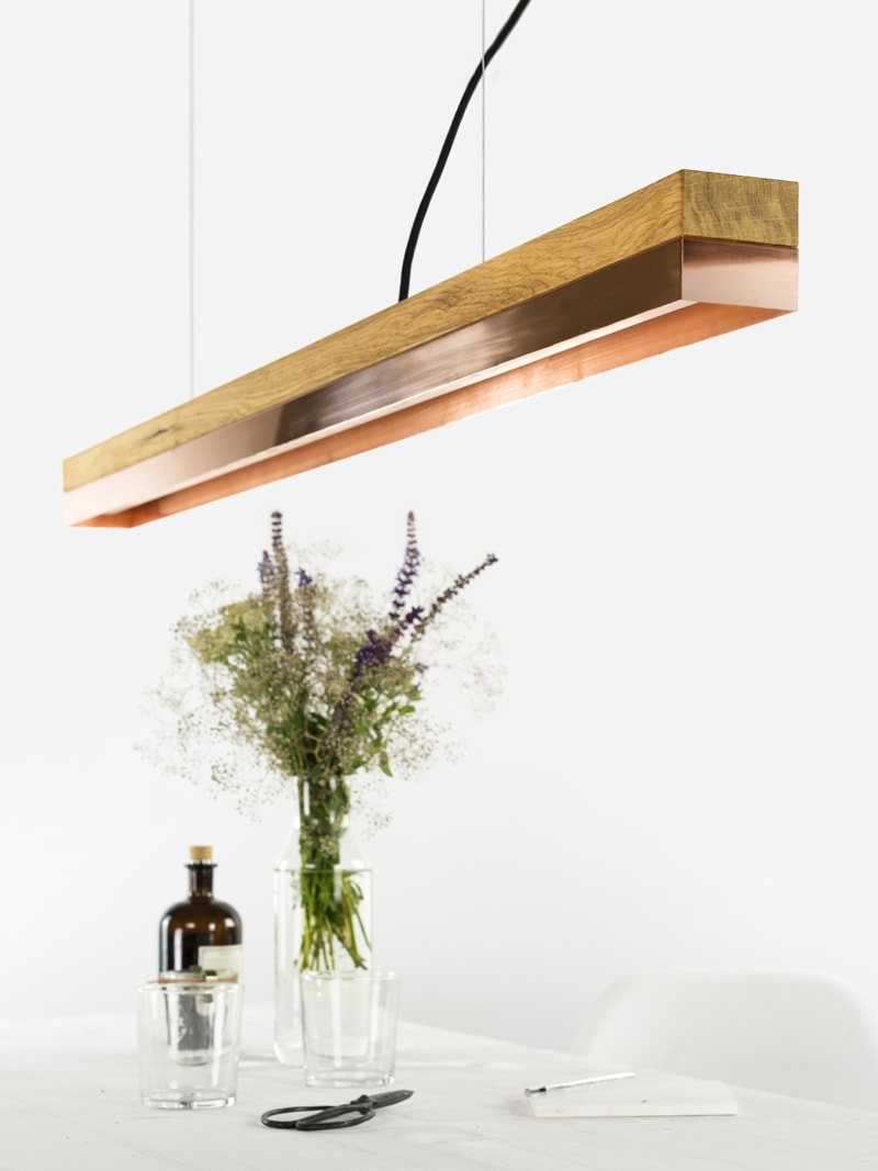 140916 C1 Eichenholz Kupfer Lampe ueber Tisch
