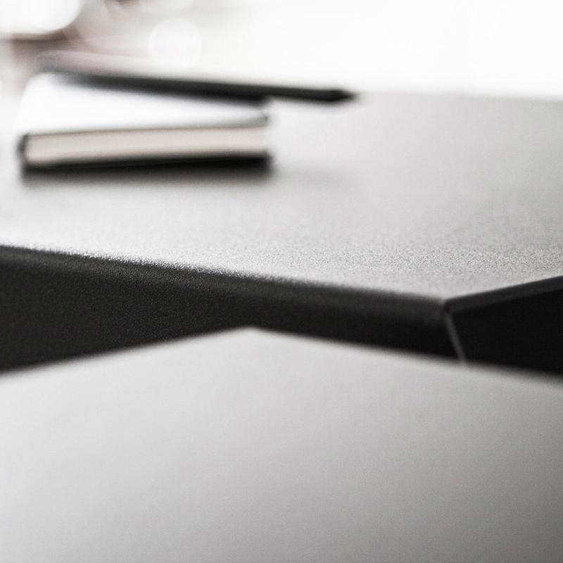04 chevron beistelltisch stahl stahlblech schwarz kanten studio makuko
